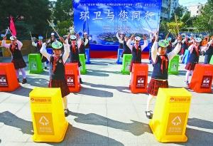 """小学生在表演""""环保棒棒操""""打击乐. 本报记者 徐琦摄图片"""