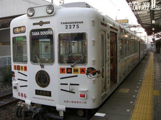 大家不要以为这辆小玉电车是动物园或者游乐园的游览车哦!这辆是正宗的电车,运行在日本和歌山市。   负责九州新干线等、以及担当了和歌山电铁的草莓电车、玩具电车设计者的工业设计师水户冈锐治是此次的设计者。    左上列车长猫咪小玉,左下列车管理员小玉的同事,右侧是列车长室,列车长可不是随时都在的哦,能不能碰到要看你的运气了。   猫站长 在和歌山电铁开通小玉电车。因猫站长小玉而大受欢迎的和歌山电铁(和歌山市)2008年10月18日决定由小玉猫咪做车长。   贵志川线连接了和