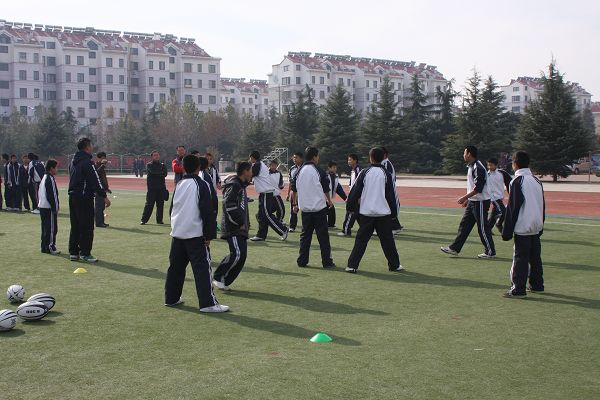 青岛市城阳第五中学于1997年由原流亭中学、红埠中学、南城阳中学三所中学合并新建,是一所现代化的省级规范化学校,现有32个教学班,在校生1630名学生,教职工138人。自开展阳光体育活动以来,城阳五中蓬勃开展了每天锻炼一小时的系列活动,其中橄榄球更是成为学校的特色项目。 (责任编辑:兰克辉)