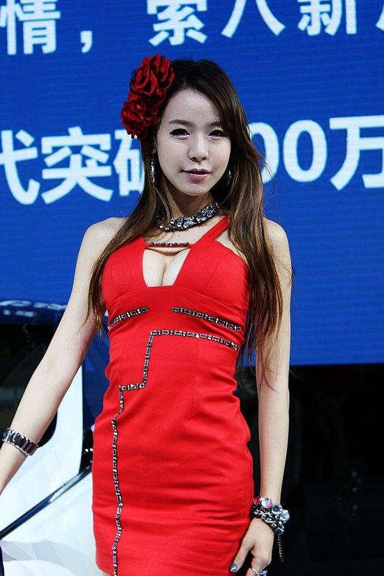 2011杭州车展韩国大波红衣妹 秀完美身材