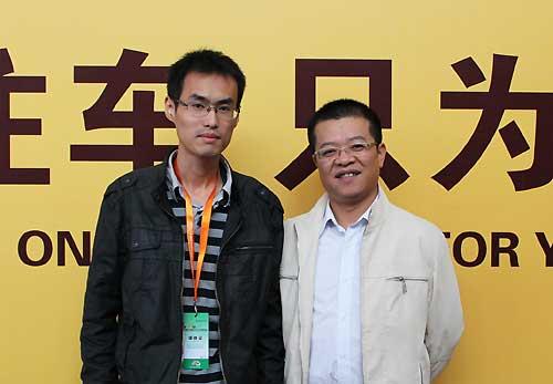 东南三菱销售部市场组经理石启熹(右)与搜狐汽车合影