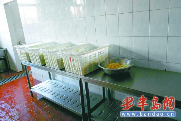 宁夏路第二小学宽敞明亮的学生食堂.图片