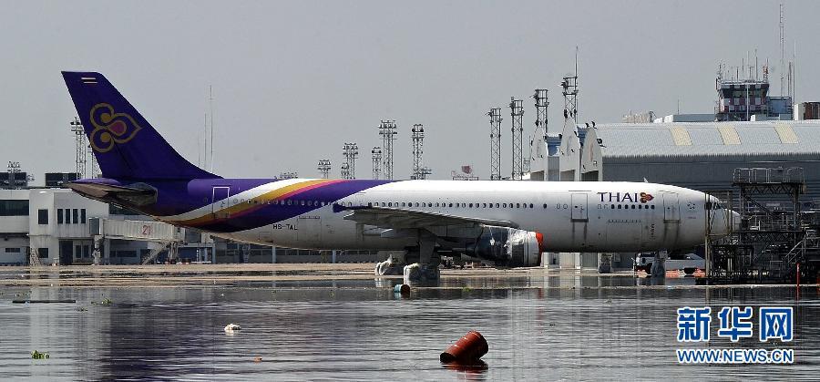 被洪水围困的廊曼机场(图片来源:新华网)