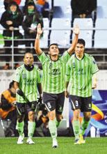半决赛两回合的比赛,全北现代队的艾尼尼奥(8号)一共打进三球,是球队晋级的最大功臣。