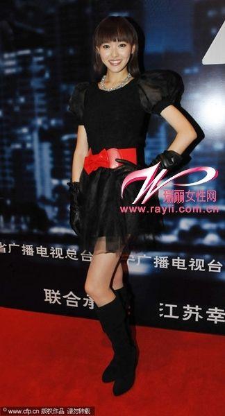 唐嫣黑色纱裙搭配红色腰封俏丽活泼