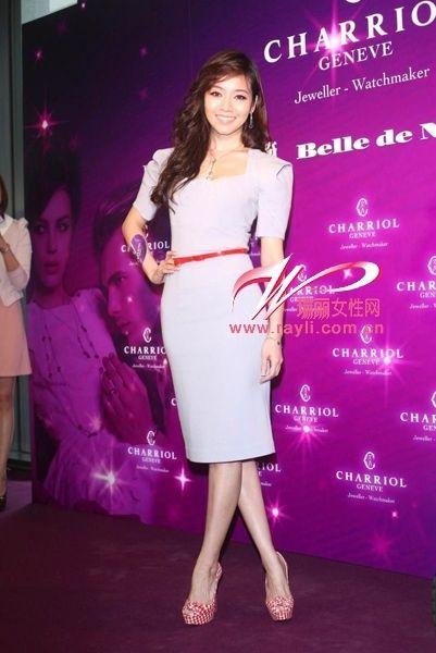 侯佩岑水粉紫色复古风连衣裙搭配亮色系腰带秀出好身段