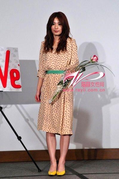 田馥甄(Hebe)波点复古连衣裙搭配糖果绿腰带,亮黄色高跟鞋好清新