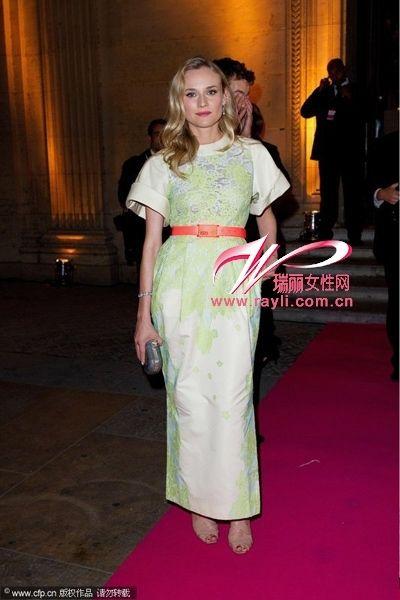 黛安·克鲁格Alessandra Rich缀花案高腰灯罩裙+橘色腰带玩转色彩