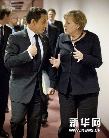 10月22日,在比利时首都布鲁塞尔的欧洲理事会总部,德国总理默克尔(右)与法国总统萨科齐在理事会大厦的走廊上交谈。新华社/路透