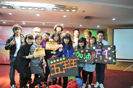 北京华文学院为长期班学生举办中文歌曲大赛(组图)图片