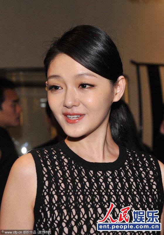 10月27日,大s徐熙媛在北京出席商业活动,手上和颈部现神秘纹身,忙挑