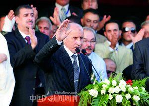 """10月23日,在利比亚东部城市班加西举行的庆祝全国解放的仪式上,利""""全国过渡委员会""""主席贾利勒发表讲话。"""