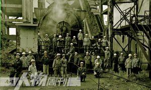 在焦化厂配煤车间临停产前几日,拍摄当天当班的全体职工合影。