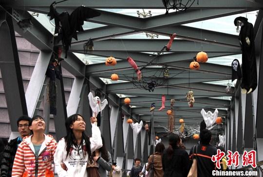 10月28日,武汉光谷步行街装扮成万圣节乐园,吸引不少年轻人的目光。中新社发 张畅 摄