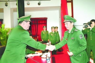 张永大_下图:省军区司令员张永大给中央军委授予军衔的预备役大校颁发命令状.