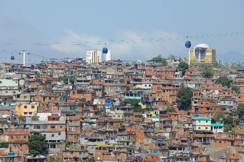 记者空中实拍巴西贫民窟居民做缆车上下山(图)-