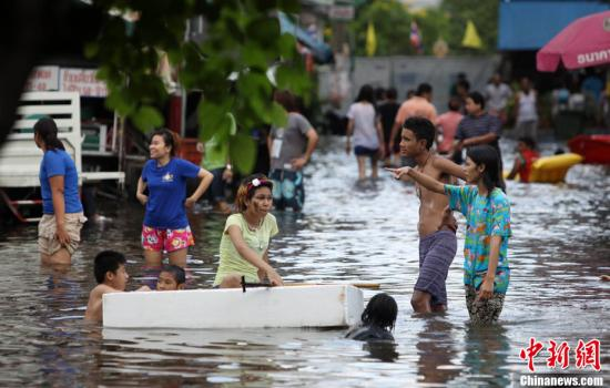 """洪水慢慢""""侵吞""""曼谷 大批市民逃离致交通拥堵"""