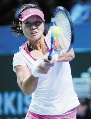 据新华社电 当地时间27日,在WTA年终总决赛白组第二轮比赛中,李娜以两个2比6不敌白俄罗斯选手阿扎伦卡,将在小组赛最后一轮和斯托瑟为本组仅剩的出线名额一决高下。