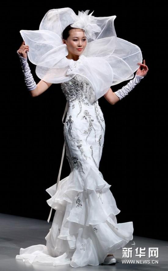 """中国婚纱设计大赛""""在北京举行的中国国际时装周上举行.图片"""