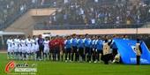 图文:[中超]大连0-3江苏 赛前升国旗