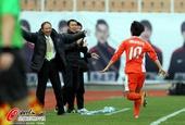 图文:[中超]青岛3-0天津 冲向张外龙