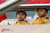 图文:[中超]青岛3-0天津 可爱双胞胎