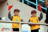 图文:[中超]青岛3-0天津 双胞胎小球迷