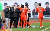 图文:[中超]青岛3-0天津 拥抱庆祝