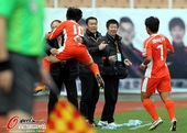 图文:[中超]青岛3-0天津 拥抱张外龙