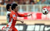 图文:[中超]青岛3-0天津 郑龙拼抢
