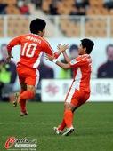 图文:[中超]青岛3-0天津 郑龙破门
