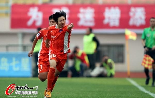 图文:[中超]青岛3-0天津 郑龙欣喜若狂