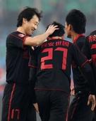 图文:[中超]北京2-3陕西 孙继海祝贺曲波