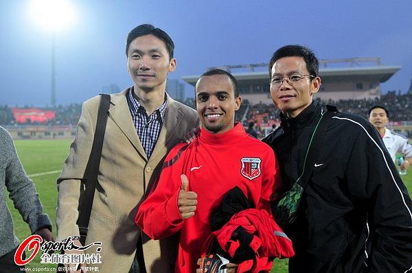 图文:[中超]南昌0-0上海 与球迷合影