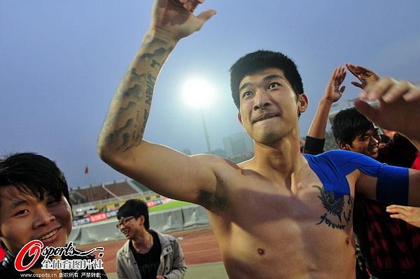 图文:[中超]南昌0-0上海 刘殿座兴奋