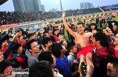 图文:[中超]南昌0-0上海 球迷举起队员