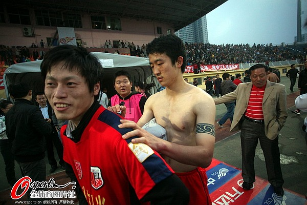 图文:[中超]南昌0-0上海 姜至鹏为球迷签名
