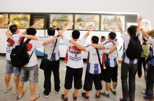 深足离开球场时,痴心的球迷依然一路相送。深圳晚报记者 温庆强/摄