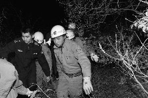 30日凌晨,救援人员在向导带领下抬着驴友下山。警方供图