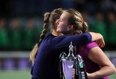 图文:WTA年终总决赛科维托娃捧杯 与对手拥抱