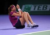 图文:WTA年终总决赛科维托娃捧杯 倒地庆祝
