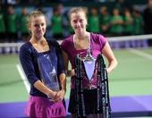 图文:WTA年终总决赛科维托娃捧杯 赛后合影