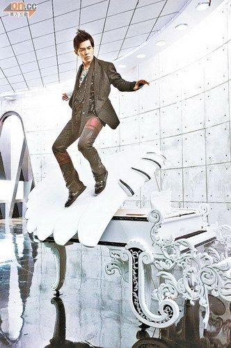 周杰伦吊钢丝营造出腾空滑步的动作。