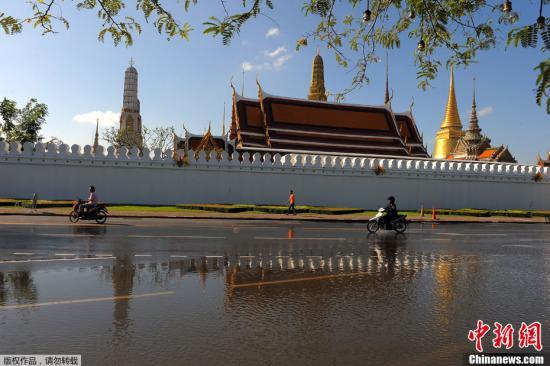 10月28日,曼谷多个主要景区有没踝深的积水。