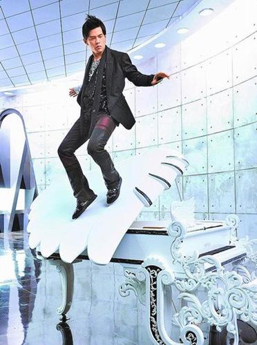 周杰伦新歌《Mine Mine》耍帅吊钢丝在钢琴漫步。台湾《苹果日报》