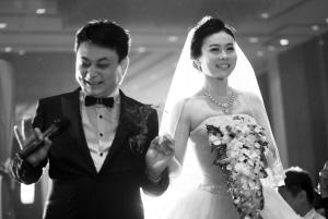 小么哥大婚捐份子钱 新娘揭开神秘面纱(图)