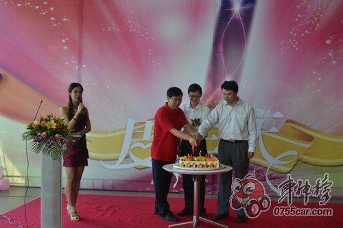 庆祝长佳店1周年生日切蛋糕仪式图片