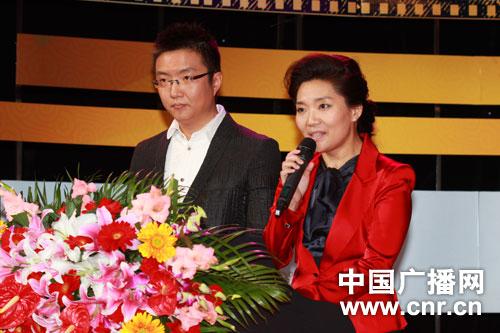 主持人中国之声郭静(右)经济之声王冠(左)(摄影:中广网涂傲)