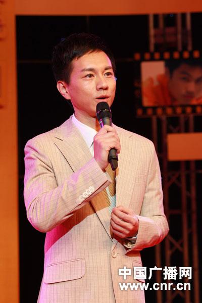 中国之声主持人陈亮正在进行才艺展示:朗诵陆游的《钗头凤》(摄影:中广网涂傲)