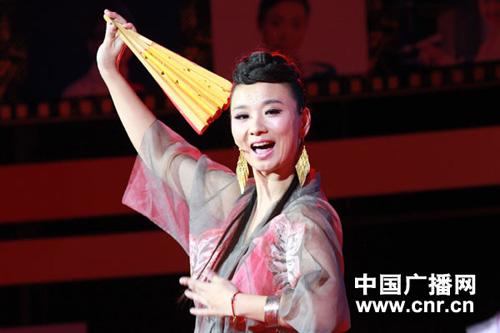 中国之声主持人郭燕正在进行才艺展示:歌舞《万物生》(摄影:中广网涂傲)